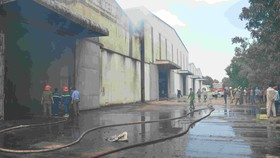 Cháy phân xưởng nguyên liệu bột gỗ, 1 người bị thương
