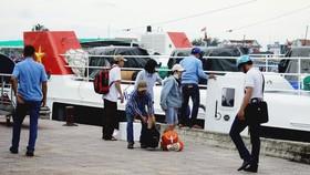 Những du khách đầu tiên về lại đất liền từ tàu Super Biển Đông. Ảnh: NGUYỄN TRANG