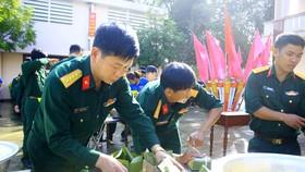 Chiến sĩ gói bánh chưng xanh vì người nghèo