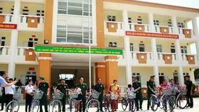 Bộ đội Biên phòng TPHCM trao quà cho người nghèo và học sinh đảo Lý Sơn