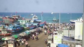 """Tàu siêu tốc """"lấn át"""" tàu cao tốc và cuộc đua trên đảo Lý Sơn (Quảng Ngãi)"""