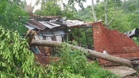 Mưa lốc khiến cây cối ngã đổ sập tường nhà dân, tốc mái tôn ở xã Sơn Trung, huyện Sơn Hà.