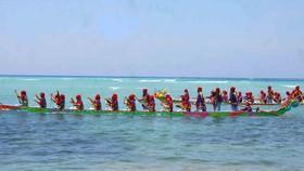 Hàng ngàn người dân đội nắng xem đua thuyền đảo Lý Sơn