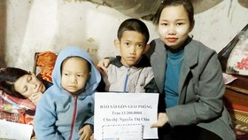 Trao tiền của bạn đọc giúp một hoàn cảnh mắc bệnh hiểm nghèo ở Hà Tĩnh
