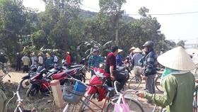 Người dân tập trung ở khu vực phát hiện thi thể một cháu bé ở phường Đông Sơn (Thị xã Bỉm Sơn)