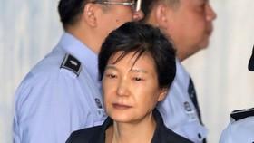 Cựu Tổng thống Hàn Quốc Park Geun-hye đến Tòa án Trung tâm Seoul trong phiên điều trần ngày 10-10-2017. Ảnh: YONHAP