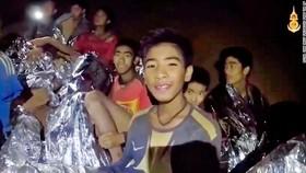 """Tất cả 13 thành viên đội bóng """"nhí"""" Thái Lan đã được giải cứu, HLV 25 tuổi ra sau cùng"""