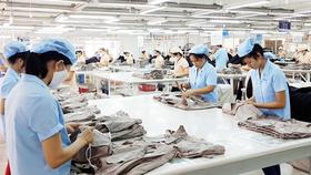 Sản xuất hàng dệt may xuất khẩu tại Công ty CP May Sài Gòn 3. Ảnh: MỸ HẠNH