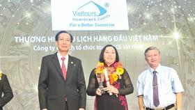 """Bà Cao Thị Tuyết Lan - Giám đốc điều hành Công ty Du lịch và Sự kiện  Việt - Viettours, nhận giải """"Thương hiệu Vàng"""" - thương hiệu du lịch được  bình chọn 12 năm liên tục"""