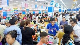 Người dân mua sắm tết tại hệ thống siêu thị Co.opmart