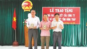 Ông Lưu Hoàng Tân - Chủ tịch, Giám đốc Công ty TNHH MTV Xổ số kiến thiết Đồng Tháp, Ông Phạm Năng Hiệp - Giám đốc Công ty TNHH MTV Xổ số kiến thiết Bình Thuận (thứ nhất và thứ hai từ trái qua) nhận kỷ niệm chương tại buổi Lễ.