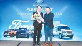 Ông Phan Dương Cửu Long -  Tổng Giám đốc Sài Gòn Ford  (bên phải), tri ân khách hàng tại hội nghị