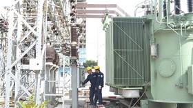 Công nhân EVNHCMC đang kiểm tra hệ thống điện