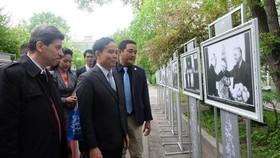 Đồng chí Trần Lưu Quang xem triển lãm về Bác trong khuôn viên Đại học Tổng hợp Quốc gia Saint Petersburg