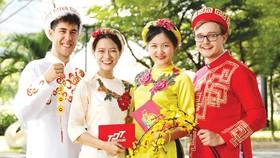 Sinh viên quốc tế tại Trường ĐH Tôn Đức Thắng thích thú với trang phục truyền thống của Việt Nam