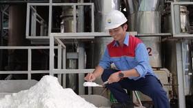 Anh Hà Trầm Huy kiểm tra độ khô của muối  được sấy từ nguồn năng lượng thu hồi trong sản xuất