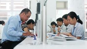 Cán bộ UBND quận 1 TPHCM giải quyết hồ sơ cho người dân
