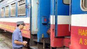 Nhân viên đợi khách lên tàu đi Đồng Đăng từ ga Gia Lâm. Ảnh: SGGP