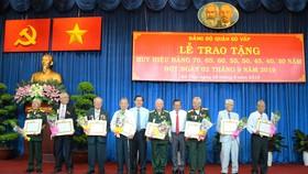 Đồng chí Nguyễn Hữu Hiệp, Trưởng ban Dân vận Thành ủy TPHCM dự và trao Huy hiệu Đảng đợt 2-9 cho 320 đảng viên tại quận Gò Vấp. Ảnh: CTTĐTGV
