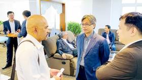Các doanh nghiệp trao đổi thông tin tại họp báo công bố Hội nghị Phát triển dịch vụ CNTT Việt Nam năm 2019