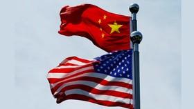 Cờ Trung Quốc và Mỹ tung bay gần Bund, trước khi phái đoàn thương mại Hoa Kỳ gặp gỡ các đối tác Trung Quốc để đàm phán tại Thượng Hải, Trung Quốc, ngày 30-7-2019. Ảnh: REUTER