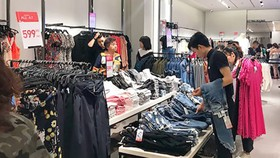 Bạn trẻ mua sắm ở cửa hàng Zara tại TPHCM