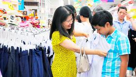 Khách hàng chọn mua đồng phục học sinh tại Co.opmart Cống Quỳnh, quận 1, TPHCM