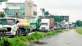 Dòng xe tải nặng nối dài hàng cây số trên tuyến đường