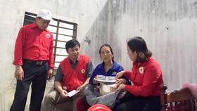 Đoàn công tác của Hội Chữ thập đỏ và tặng quà hỗ trợ một gia đình ở Quảng Bình