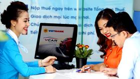 Nhân viên ngân hàng tư vấn tín dụng cho khách hàng