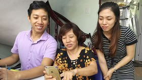 Qua nhóm Zalo, bà Lê Thị Dung (giữa) phổ biến cho nhân viên thông tin về thủ đoạn của tội phạm