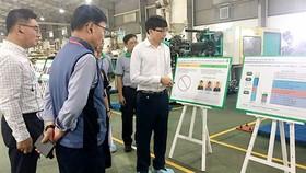 Đại diện Công ty Ý Chí Việt giới thiệu mô hình cải tiến hiệu suất sản xuất với đại diện Tập đoàn Samsung Việt Nam