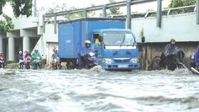 街道受淹,車輛行駛十分不便。(圖源:互聯網)