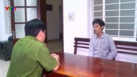 嫌犯黃仲東在公安機關供述案情。(圖源:VTV)