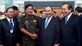 阮春福總理與洪森首相在友好氣氛中交談。(圖源:互聯網)