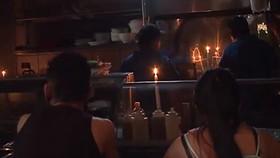中美洲多國遇上大停電,餐館裡只能用燭光當照明。(圖源:視頻截圖)