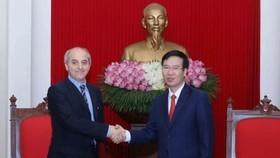 中央宣教部長武文賞(右)親切接見了意大利共產黨總書記毛羅(Mauro Alboresi)。(圖源:越通社)