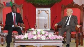 阮富仲總書記接見莫桑比克共和國總理卡洛斯。(圖源:VOV)