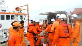 圖為274 SAR救援船的救護隊員們及時將受傷的漁民送上岸並趕往送至醫院急救。(圖源:廷勇)