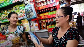 消費者在傳統街市購物。