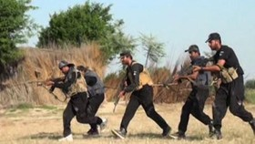 巴基斯坦警方21日在旁遮普省拉金布爾地區成功解救前一天被綁架的7名警察,獲救警察均沒有受傷。(圖源:互聯網)