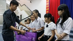 侯昌志副經理向學生贈送月餅。