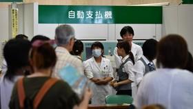 圖為大阪吹田市Saiseikai Suita醫院因發生停電而停止診療,導致場面混亂。(圖源:Mainichi)