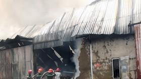 碎布倉庫起火,消防隊趕抵現場奮勇滅火。(圖源:互聯網)