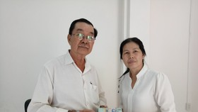 該宮副理事張興盛把善款轉交予故鄉人道中心管理人謝氏梅。