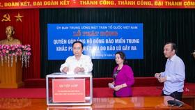 祖國陣線中央委員會主席陳清敏(左)與各副主席參加募捐活動。(圖源:光榮)