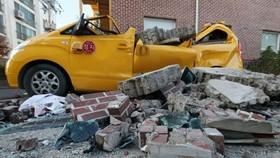 幼兒園外牆坍塌及車輛嚴重毀損。(圖源:韓聯社)