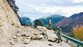 中國西藏米林縣派鎮一處山路上遭大石頭阻礙交通。(圖源:新華社)