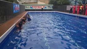 胡文強小學設游泳池讓小學生學習游泳。