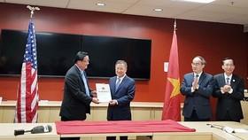 市委書記阮善仁(右二)見證向美國各家資訊技術企業頒發在本市高新技術園區3個項目投資執照儀式。